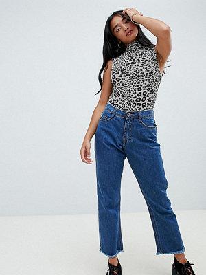 Missguided Petite Wrath Mellanblå utsvängda jeans med mellanhög midja i kort modell