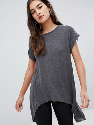 Glamorous T-shirt med ojämn fåll Kolfärgad