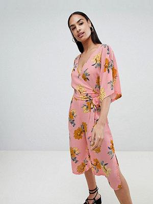 PrettyLittleThing Rosa jumpsuit med kimonoärm och blommönster Blekrosa