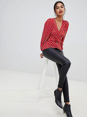 Only Jeans med smal passform och hög midja och behandlat tyg