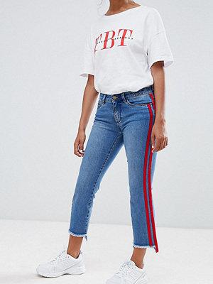 Only Petite Crop jeans med raka ben och sportrand