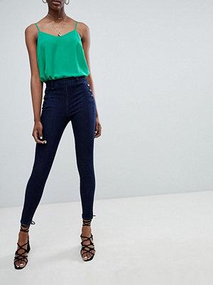 New Look Bianca Jeans med knapp i sidan Marinblå