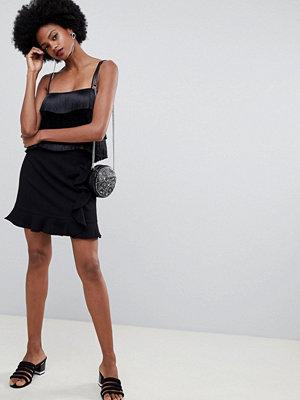 Oasis Svart minikjol med omlott och vågformad detalj
