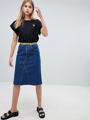 Cheap Monday Medellång jeanskjol med logotypband Abstrakt blå