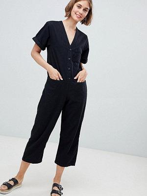 Monki Jumpsuit i denim med V-knappar framtill Tvättad svart