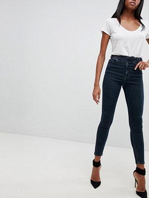 ASOS DESIGN Ridley Mörkblå jeans med smal passform och dubbel D-ringdetalj i lila Mellanblå färg