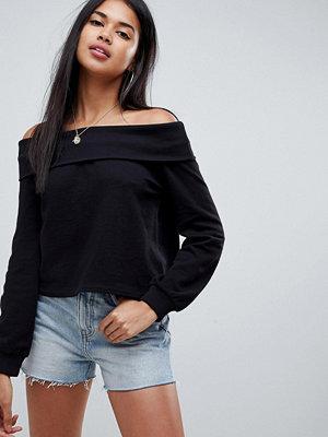 ASOS DESIGN Svart sweatshirt med nedvikt halskant och bara axlar