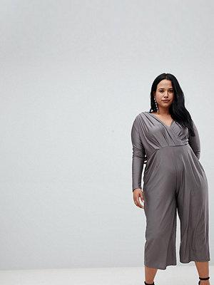 AX Paris Plus Silkig jumpsuit med omlott