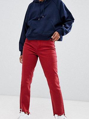 Only Petite Röda mom-jeans med asymmetrisk fåll