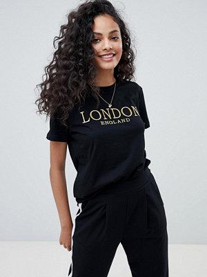 """ASOS DESIGN T-shirt med guldbroderat """"london""""-tryck"""