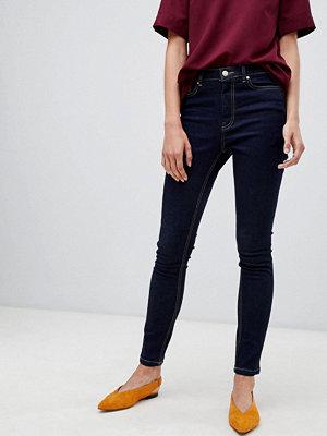 Warehouse Mörktvättade skinny jeans med powehold samt hög midja Rå