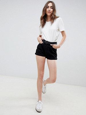 Shorts & kortbyxor - ASOS DESIGN Mom-shorts i kanvas med flätat skärp Svart