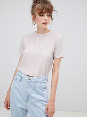New Look Be Cool Be Kind T-shirt med metallic slogan Nude