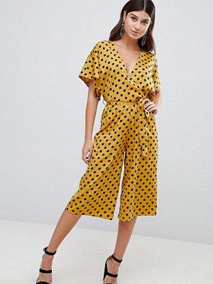 PrettyLittleThing Prickig jumpsuit i cullotte-stil Dark mustard
