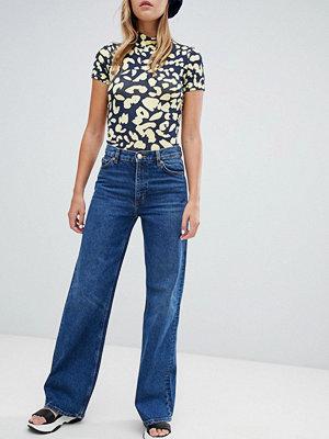Monki Mellanblå jeans med vida ben