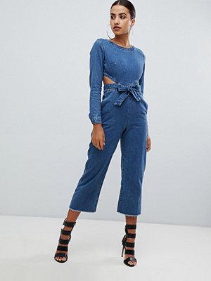 Missguided Jeans jumpsuit i blåfärg med utskuret parti