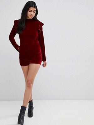 Glamorous Playsuit i sammet med volang vid axeln och lång ärm Hallon