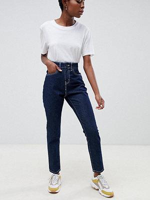 Noisy May Petite Mörka jeans med dekorsöm i mom-modell Mörkblå denim