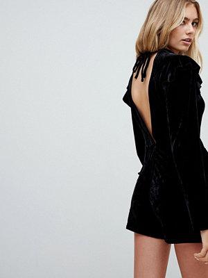 Glamorous Playsuit i sammet med volang vid axeln och lång ärm