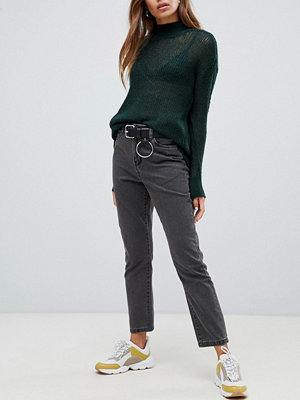 "Noisy May Svarta ankle grazer-jeans i ""mom jeans""-modell"