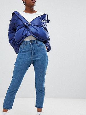 Noisy May Petite Jeans i mom-stil som smalnar av vid vristen Mellanblå färg