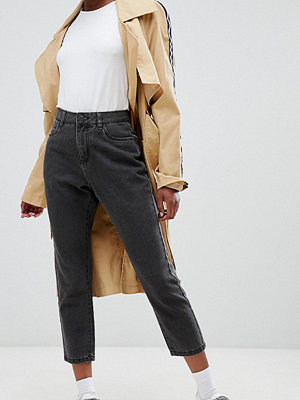 Noisy May Petite Jeans i mom-stil som smalnar av vid vristen