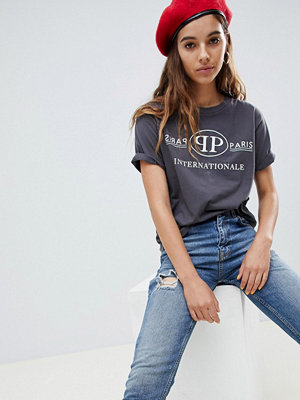 ASOS DESIGN Avslappnad t-shirt med Paris International-slogan Urtvättad grå färg