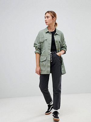 """Pull&Bear 5 Randiga jeans i """"mom""""-modell med knappar"""