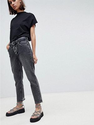 Cheap Monday Korta jeans i mom-modell med sliten fåll Corrupt