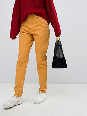 "Dr. Denim Nora Gula jeans i ""mom""-stil med hög midja"