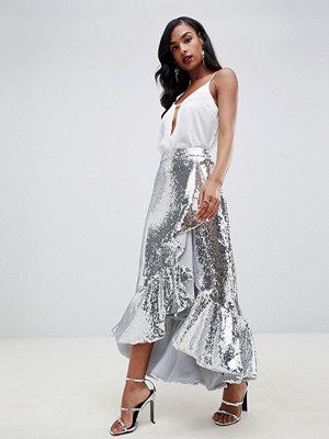 TFNC Silverfärgad kjol med asymmetrisk längd och volanger