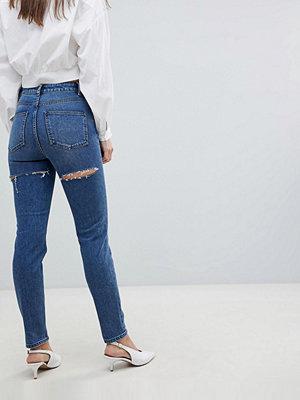 """ASOS DESIGN Farleigh Mörkt stentvättade jeans i """"mom jeans""""-modell med slitningar baktill och smal passform"""