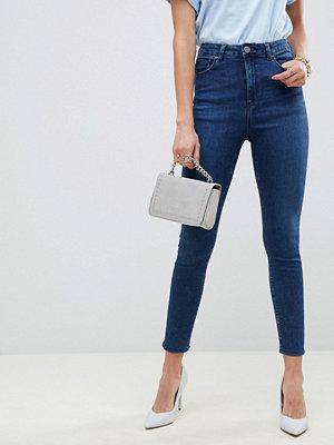 ASOS DESIGN Ridley Stentvättade blå skinny jeans med hög midja Mörk stentvättad blå
