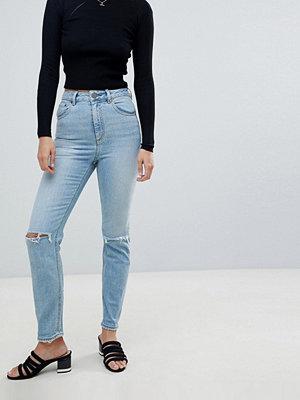 """ASOS DESIGN Farleigh lätt stentvättade blå jeans i """"mom jeans""""-modell med hög midja och trasiga knän"""