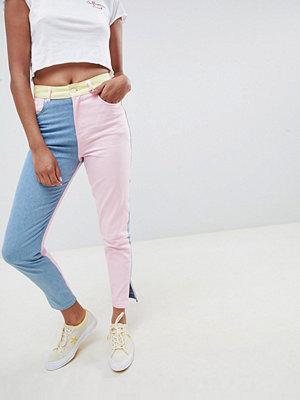 ASOS DESIGN Hello Kitty x  Jeans med färgpartier och broderad detalj