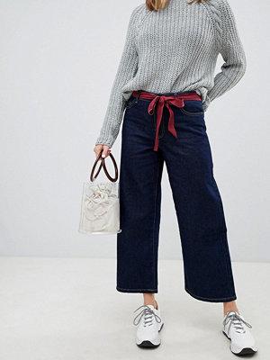 Only Jeans med bälte och vida ben Mörkblå denim