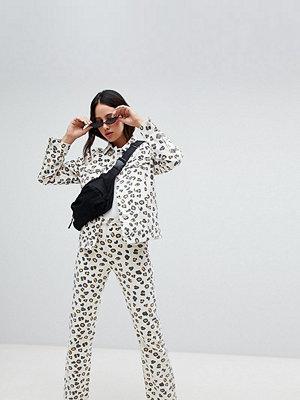 Weekday Leopardmönstrade jeans i ekologisk bomulldenim Leopard