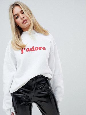 "Boohoo Vit sweatshirt med ""j' adore""-tryck"