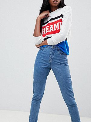 """Noisy May Tall Blå ankellånga jeans i """"mom""""-modell Mellanblå färg"""