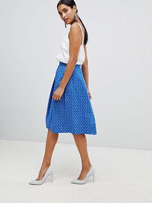 Vesper Midiklänning i skatermodell med plissering framtill Blåblommig
