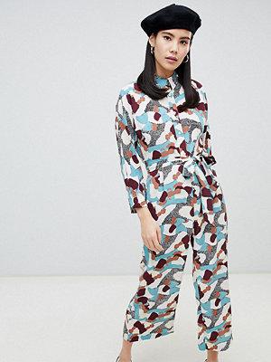 Monki Kamouflagemönstrad jumpsuit med skärp och knappar
