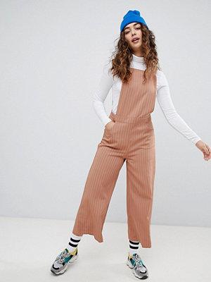 Daisy Street Kritstrecksrandig förklädes-jumpsuit Blush