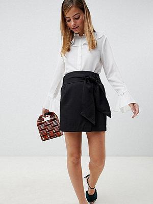 Vero Moda Petite Svart minikjol med hög midja och skärp