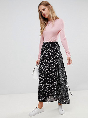 Liquorish Mixa och matcha blommig och prickig kjol i omlottsmodell Mörkblå blommig