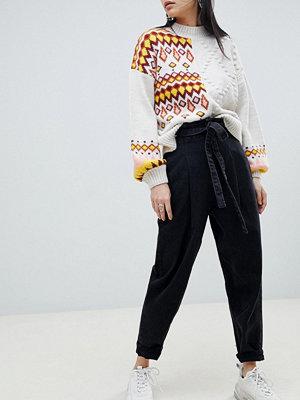 ASOS DESIGN Svarta avsmalnande jeans med öljetter i midjan Tvättad svart