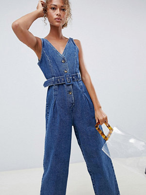 ASOS DESIGN Jumpsuit i denim med knappar i mellanblå tvätt Blå tvätt