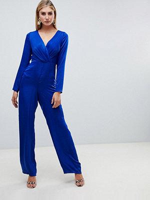 ASOS DESIGN Plisserad jumpsuit i satin med omlott Kobaltblå