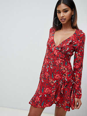 Missguided Blommig miniklänning med omlott framtill i rostfärgad nyans Rostfärgat