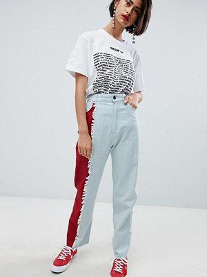 "House of Holland Jeans i ""mom jeans""-modell med färgstark kontrast"