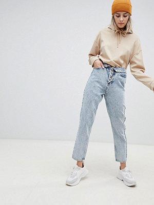 """ASOS DESIGN Ritson Stentvättade ljusa jeans i """"mom jeans""""-modell med detalj i gylfen och vikbart midjeband"""